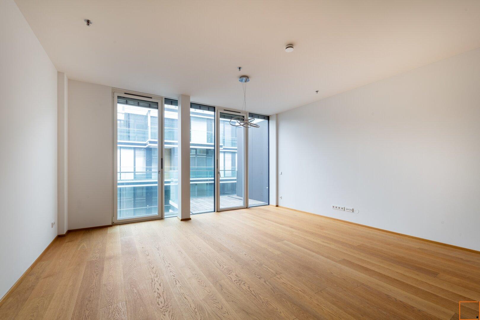 Wohnzimmer 32 m² mit Balkon ca. 6,77 m²