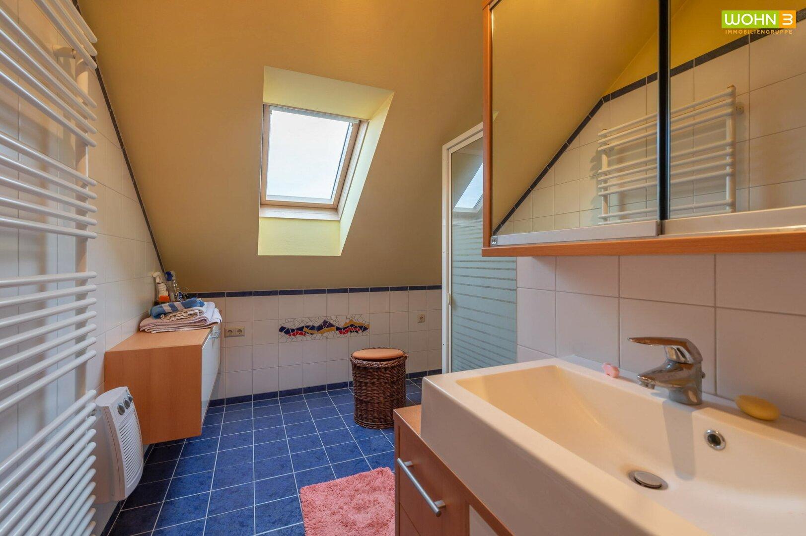 Badezimmer mit Dusche im Dachgeschoß