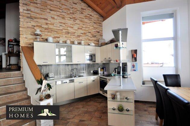 Kirchbichl Zweifamilienhaus_ hohe Qualität mit Moderne Design_Küchennische mit Treppe ins Obergeschoss