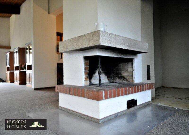 BREITENBACH am Inn - Alte Villa auf riesigem Grundstück zur Sanierung_Wohnzimmer_Ofen