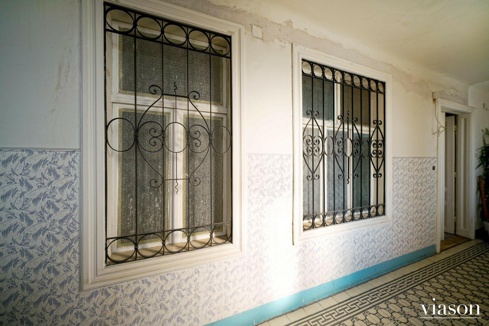 Gitter vor den Fenstern Richtung Stiegenhaus