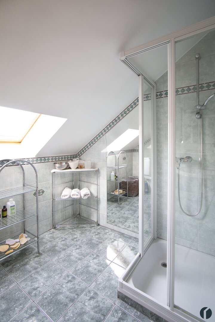 Badezimmer mit Dusche und WC im Dachgeschoss