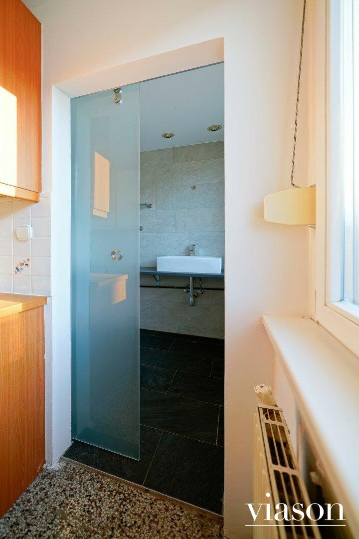 Glasschiebetüre zu Badezimmer