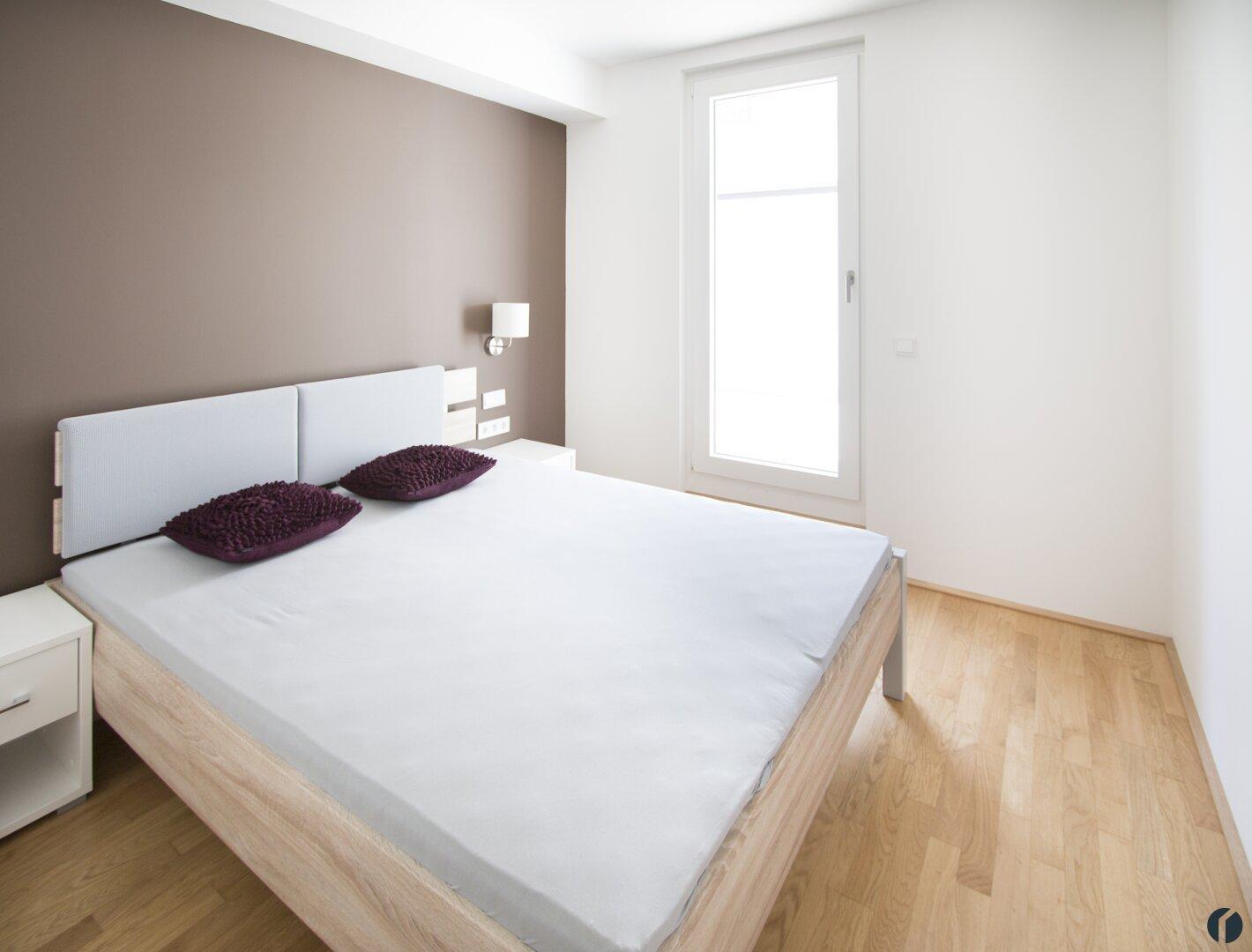 Schlafzimmer mit Zugang zur Terrasse und eigenem Badezimmer