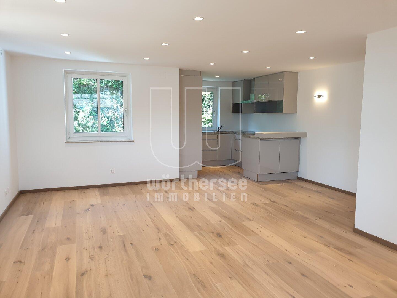 großer offener Wohnbereich mit Blick Richtung Küche