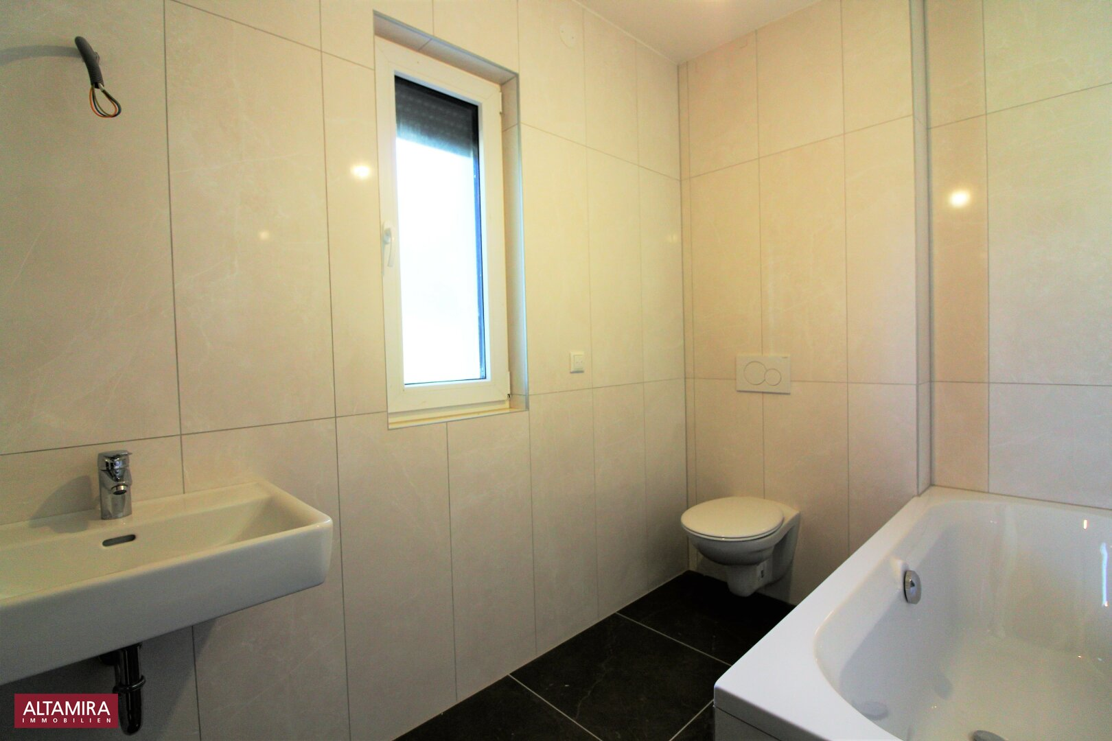 Tageslicht-Badezimmer mit Wanne 1.OG