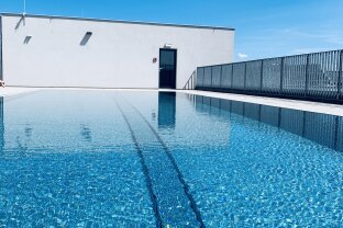 neuwertige und moderne Dachgeschosswohnung mit Pool | ZELLMANN IMMOBILIEN