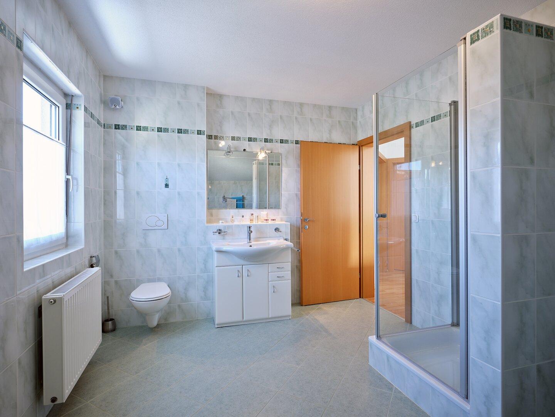 Dusche und Eckbadewanne