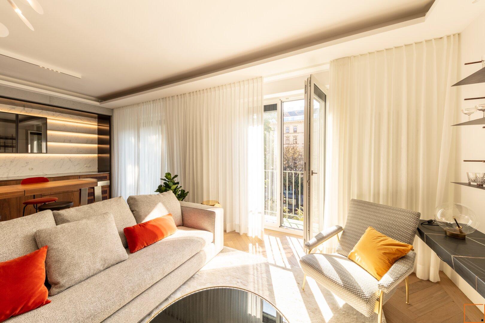 Wohnzimmer mit französischen Fenstern