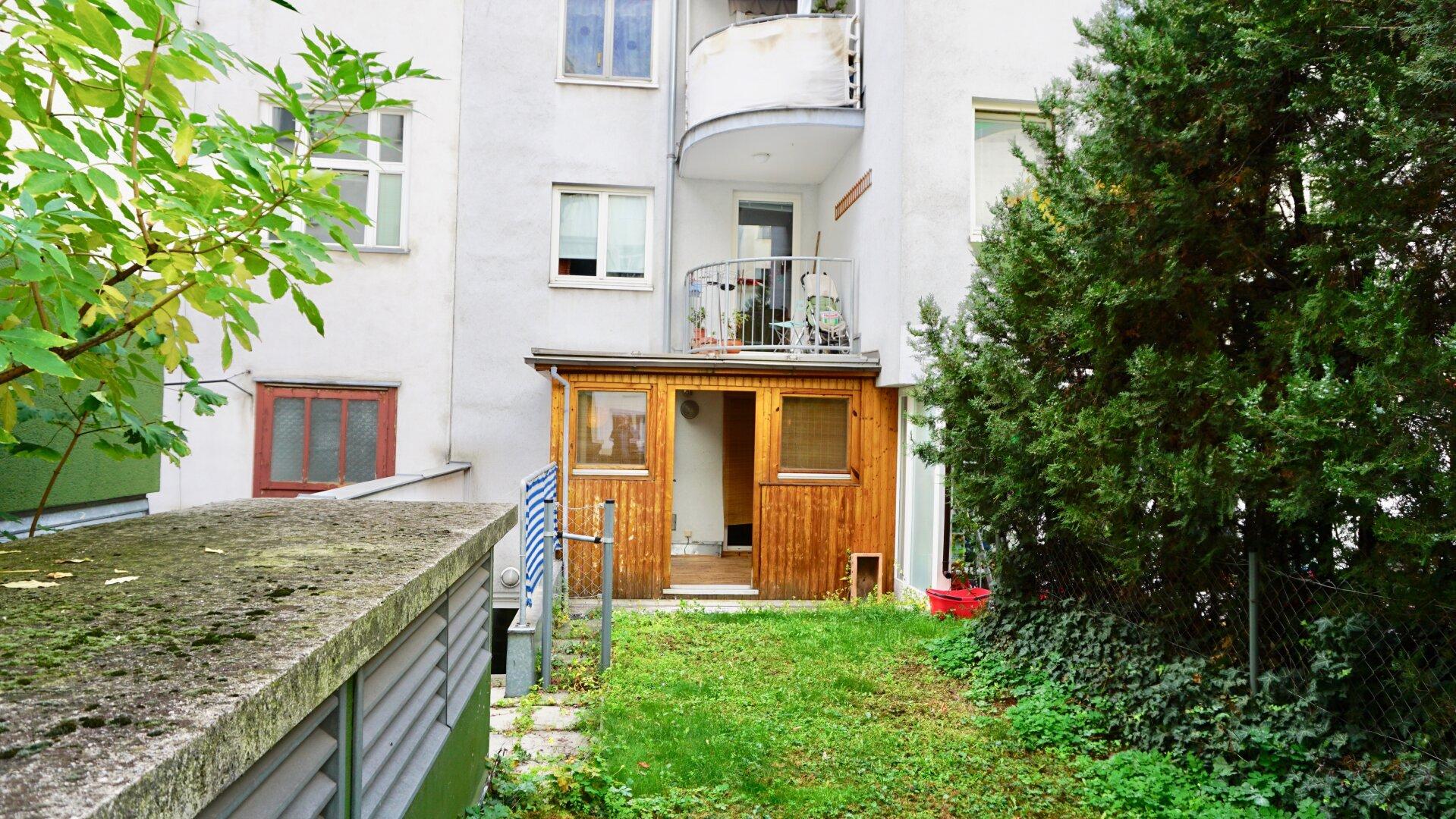 Garten mit Blick zum Wintergarten / Schalf- und Kinderzimmer