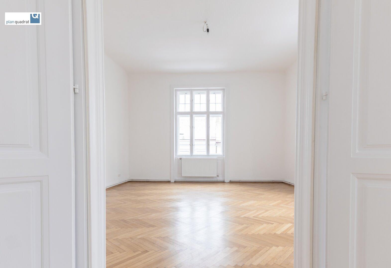 Blick von Zimmer 4 in Zimmer 5 (gem. Plan; ca. 27,25 qm)