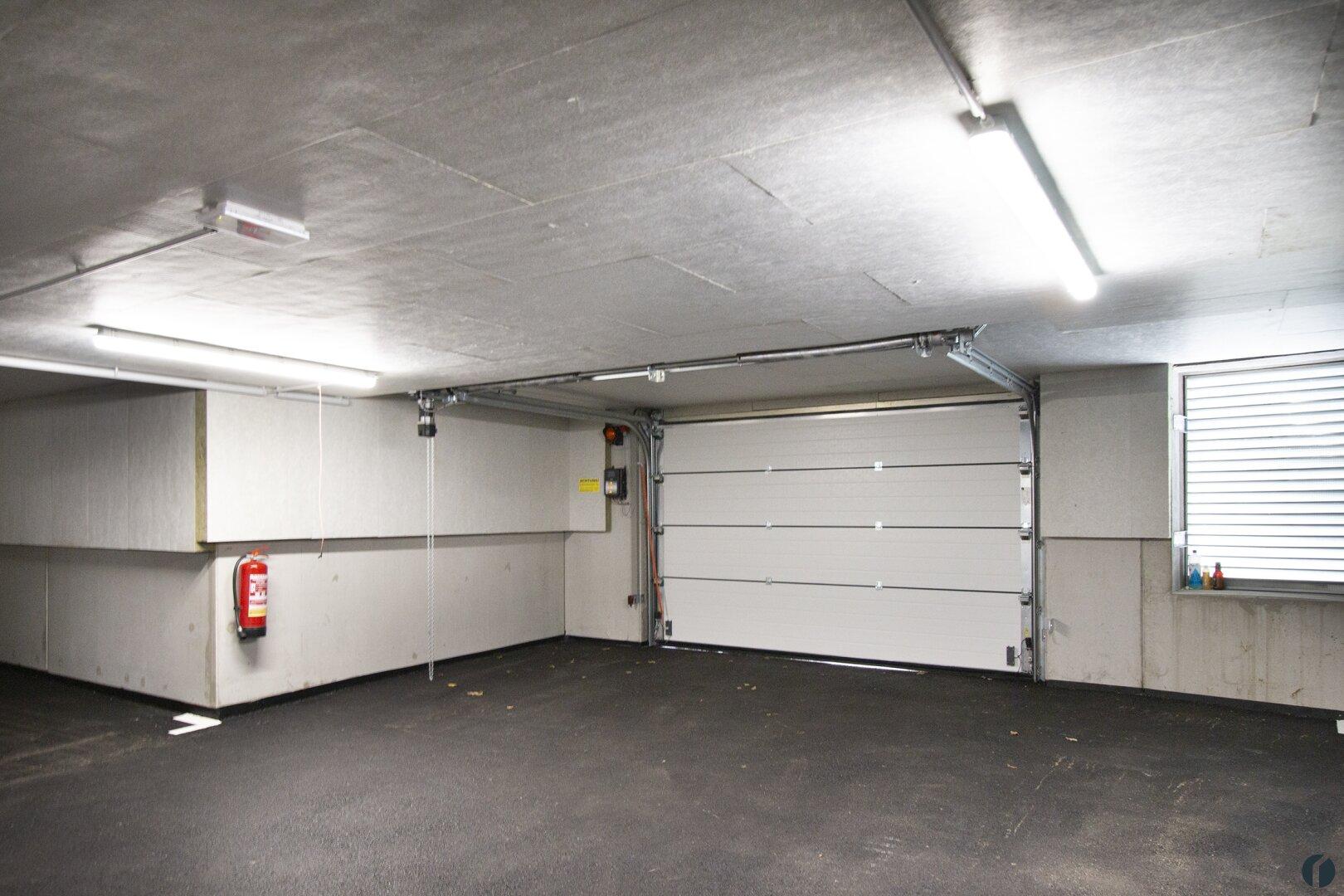 Parkhaus mit elektrischem Tor
