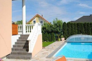 Perfektes Wohnvergnügen mit Pool & viel Sonne! Ab € 1691,35 mtl.