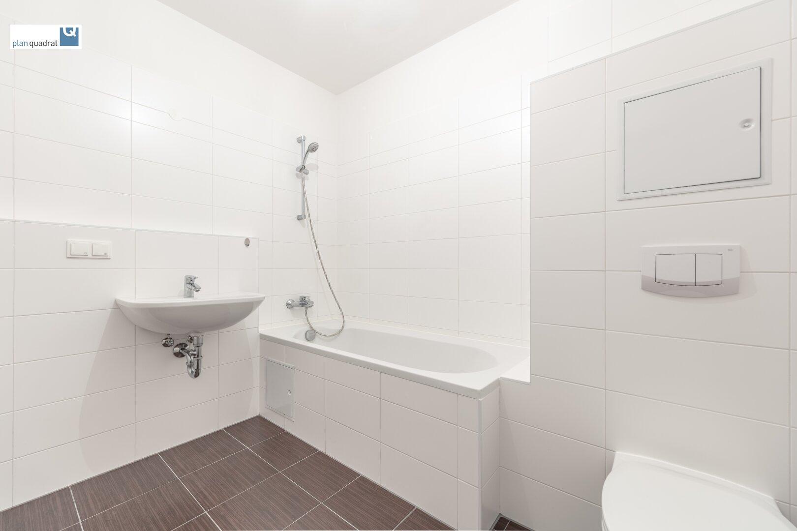 Badezimmer (mit Waschbecken, Badewanne, Toilette und Wa-Ma-Anschluss)