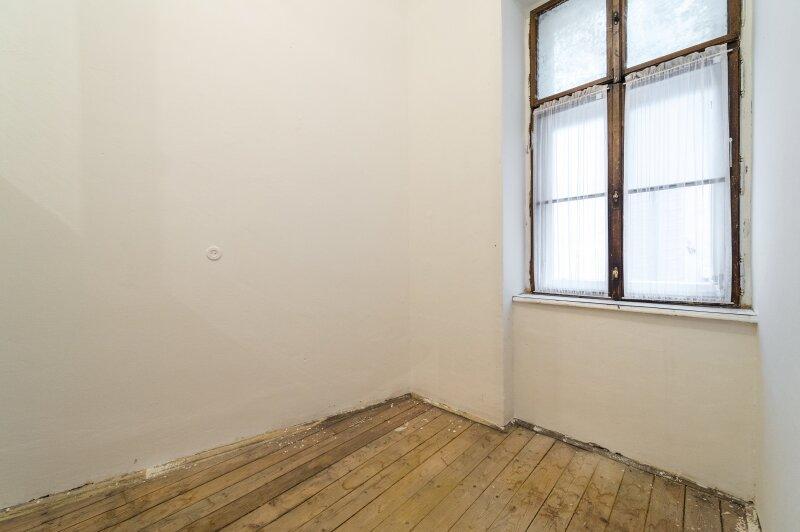 ++NEU++ Sanierungsbedürftige Stilaltbauwohnung in aufstrebender Lage! 4-Zimmer möglich! /  / 1150Wien / Bild 0