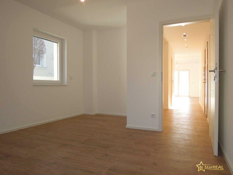 Schlafzimmer mit Schrankbereich