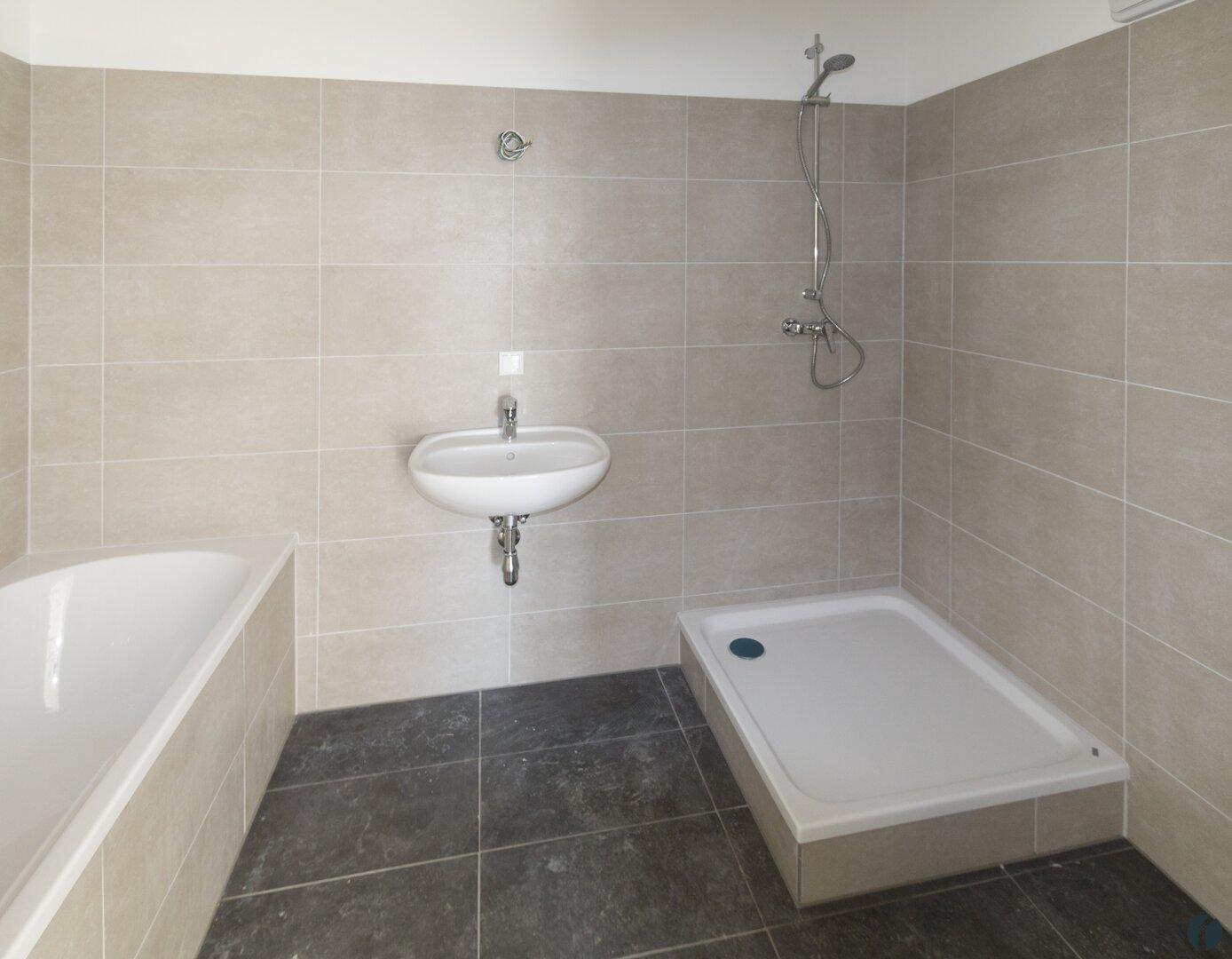Beispiel Bad mit Wanne und Dusche