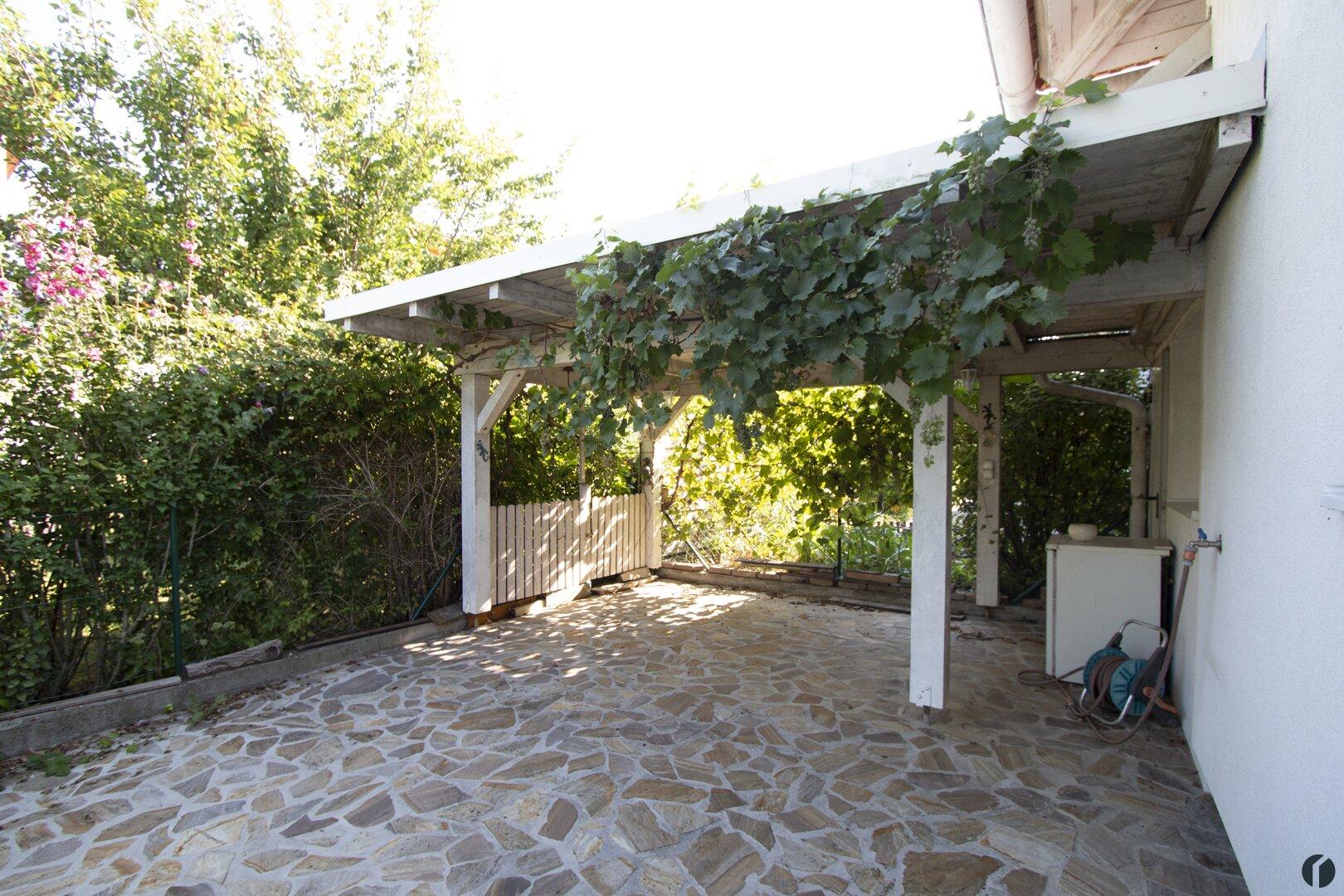gemütliche schattige Pergola hinter dem Haus