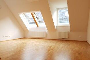 Offener Grundriss für elegante Raumteilung mit Möbeln und Pflanzen