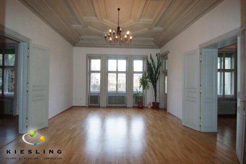Weitläufige Wohnung mit Altbaucharme! Großes Wohnzimmer, Wintergarten und großer Keller