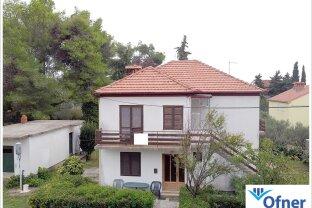 Seltene Gelegenheit in Zadar: Wohnhaus mit 1.230 m² Grund in Meernähe