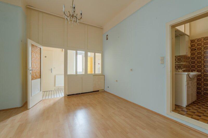 ++NEU** Modernisierungsbedürftige 2-Zimmer Altbauwohnung, schönes Haus, viel Potenzial!
