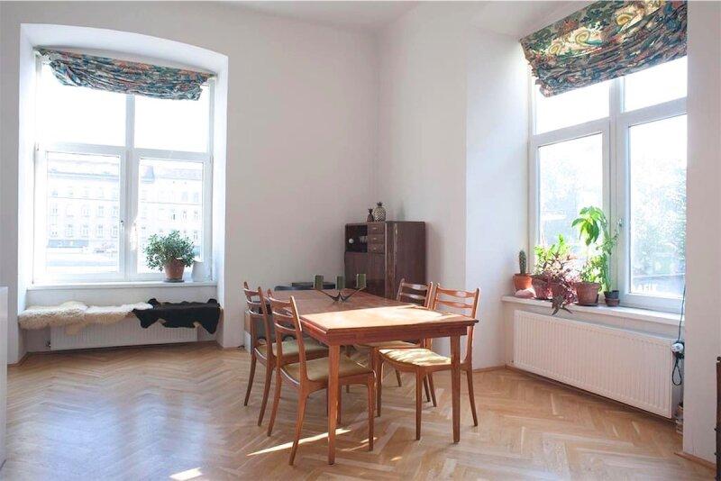 Sonnige, bildhübsche 2 1/2 Zimmerwohnung mit Altbaucharme, Blick auf Yppenplatz, großer Wohnraum mit Küche, Linie U6-Josefstädterstraße + Alserstraße! /  / 1160Wien / Bild 1