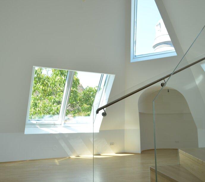 Topausgestatteter Dachgeschosstraum mit ruhiger Sonnenterrasse