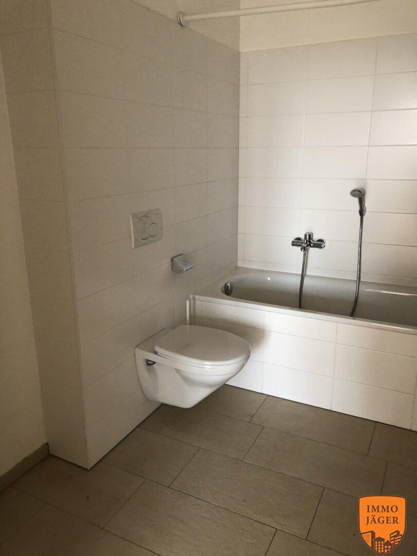 Main-Bad mit Badewanne und WC