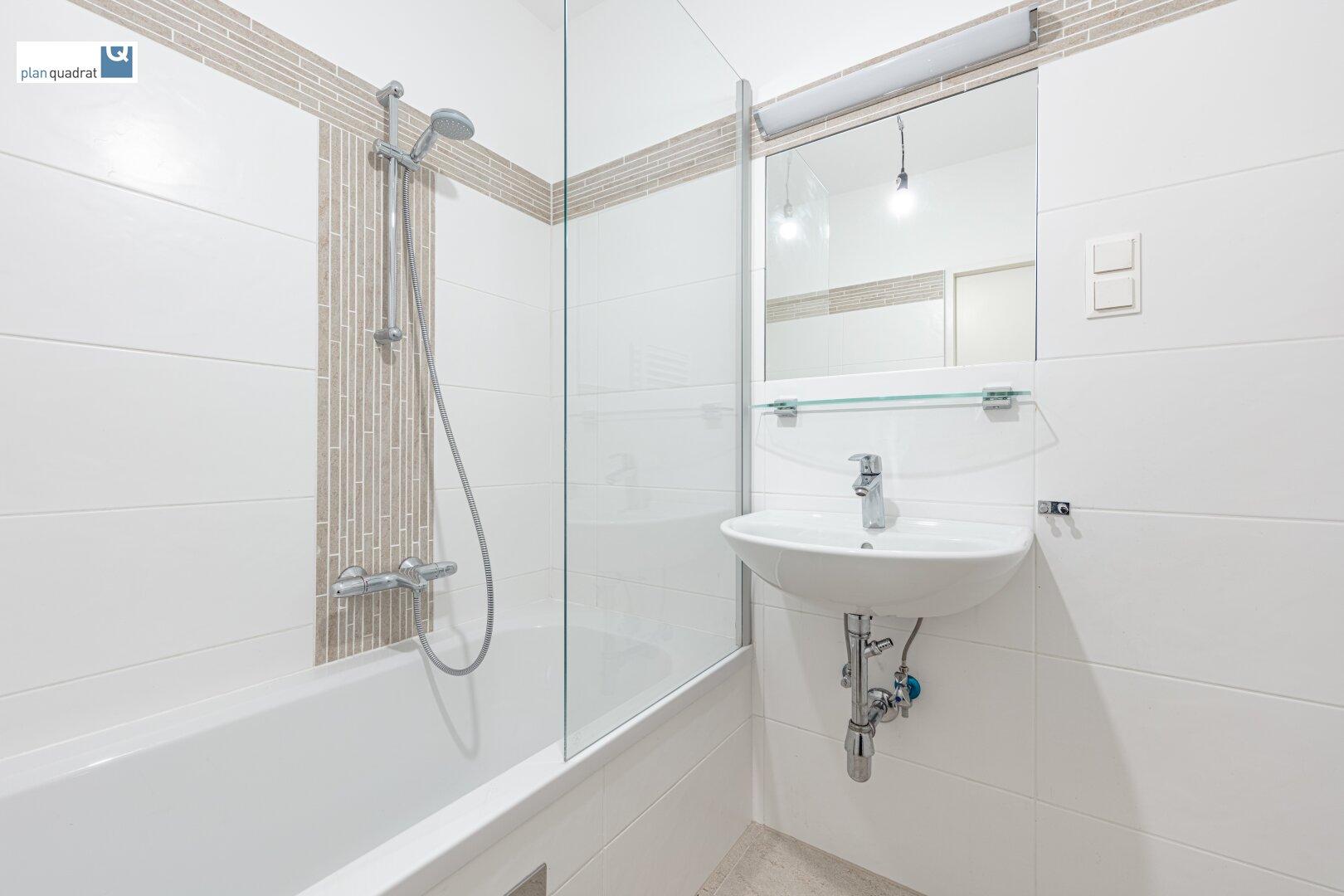 Badezimmer (ca. 3,60 m.2) mit Waschbecken, Badewanne und Wa-Ma-Anschluss