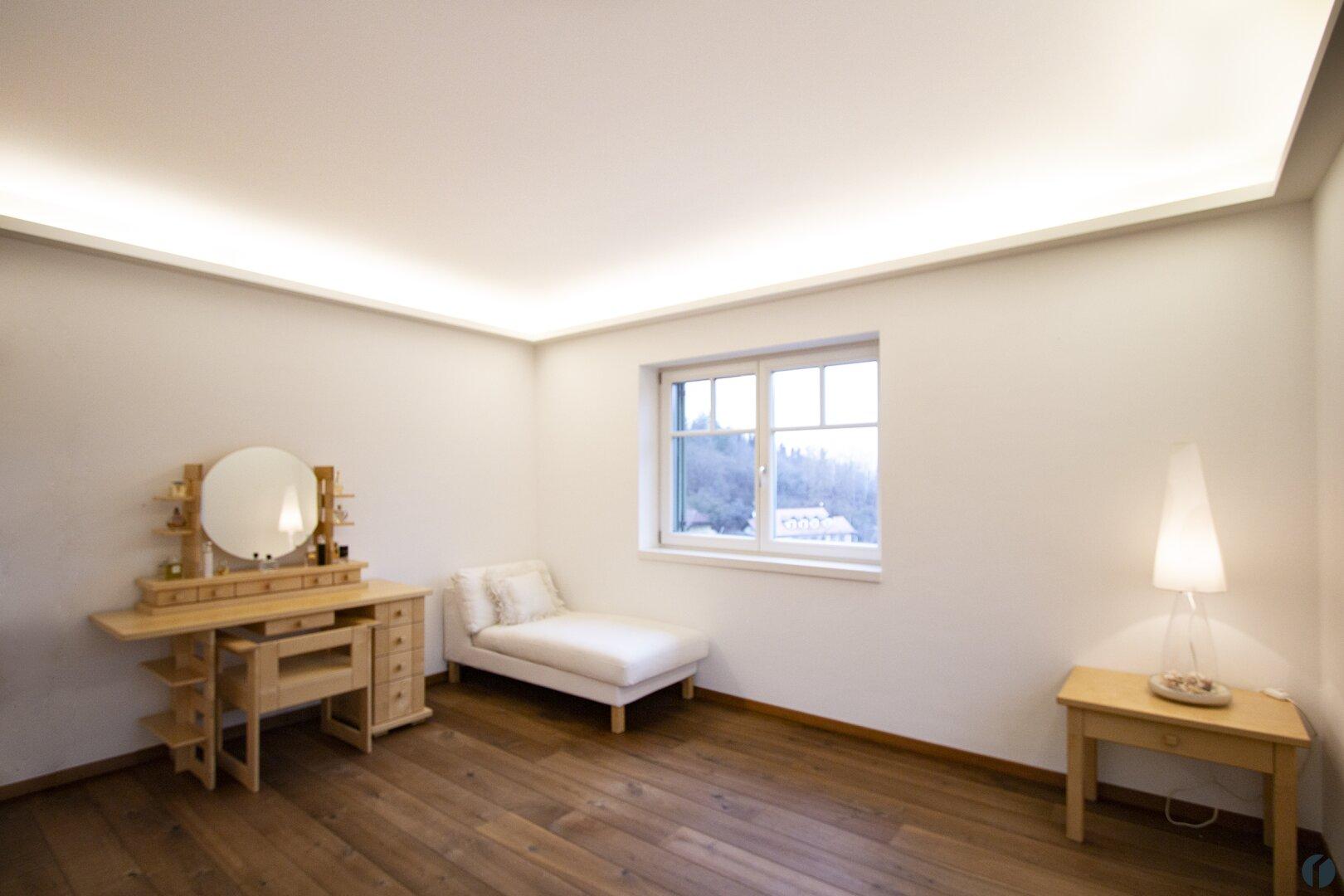 Master Bedroom mit aktivierter Lichtleiste