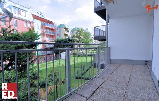 Genial modern mit eigenem Balkon ins Grüne.