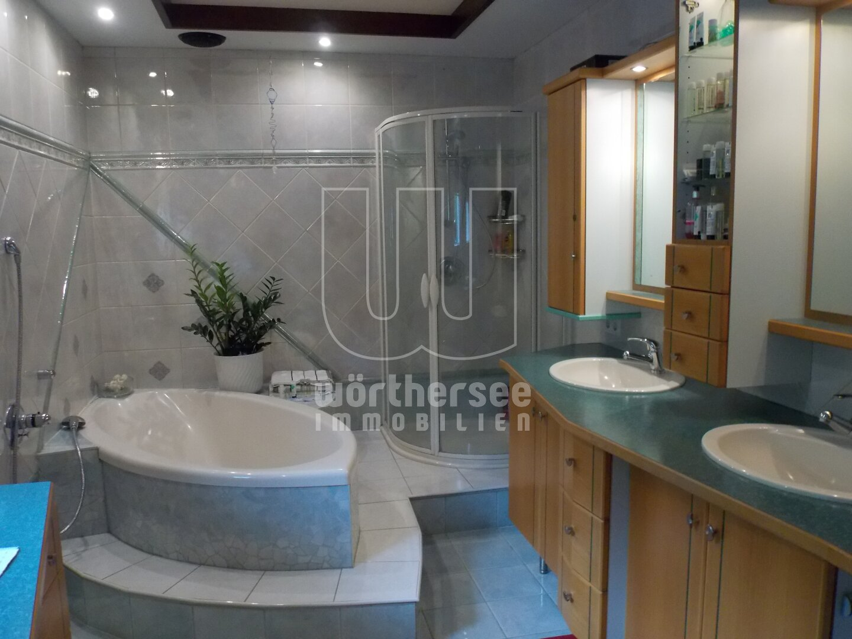 Badezimmer im Wanne im EG