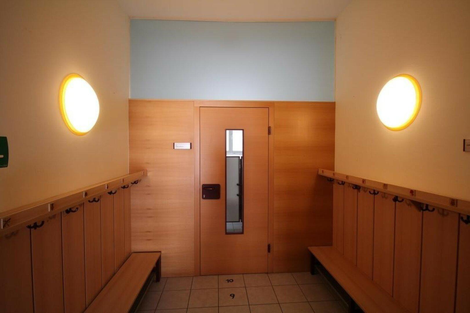 Garderobe mit Zugang zu BAD  und WC im EG