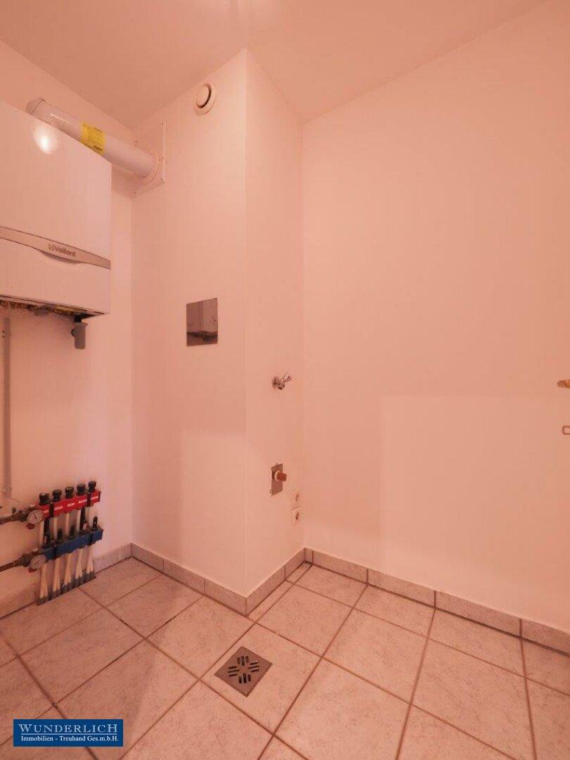 Abstellraum mit Therme und Waschmaschinenanschluss