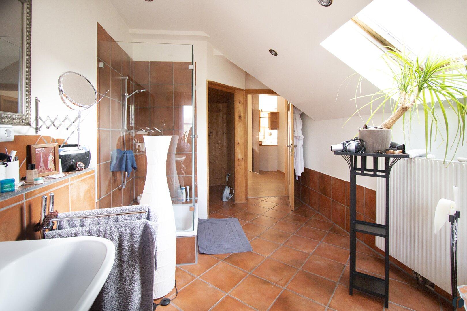 großes Badezimmer im Erdgeschoss