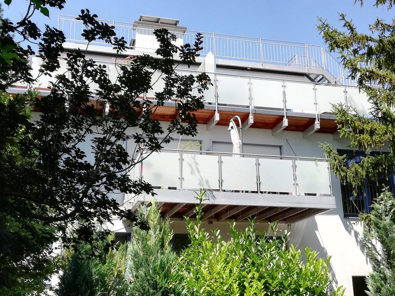 Gartenansicht mit Terrasse DG und Dachterrasse