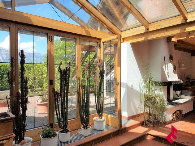 besondere 8-Zi.-Wohnung mit Dachterrasse und Pergola