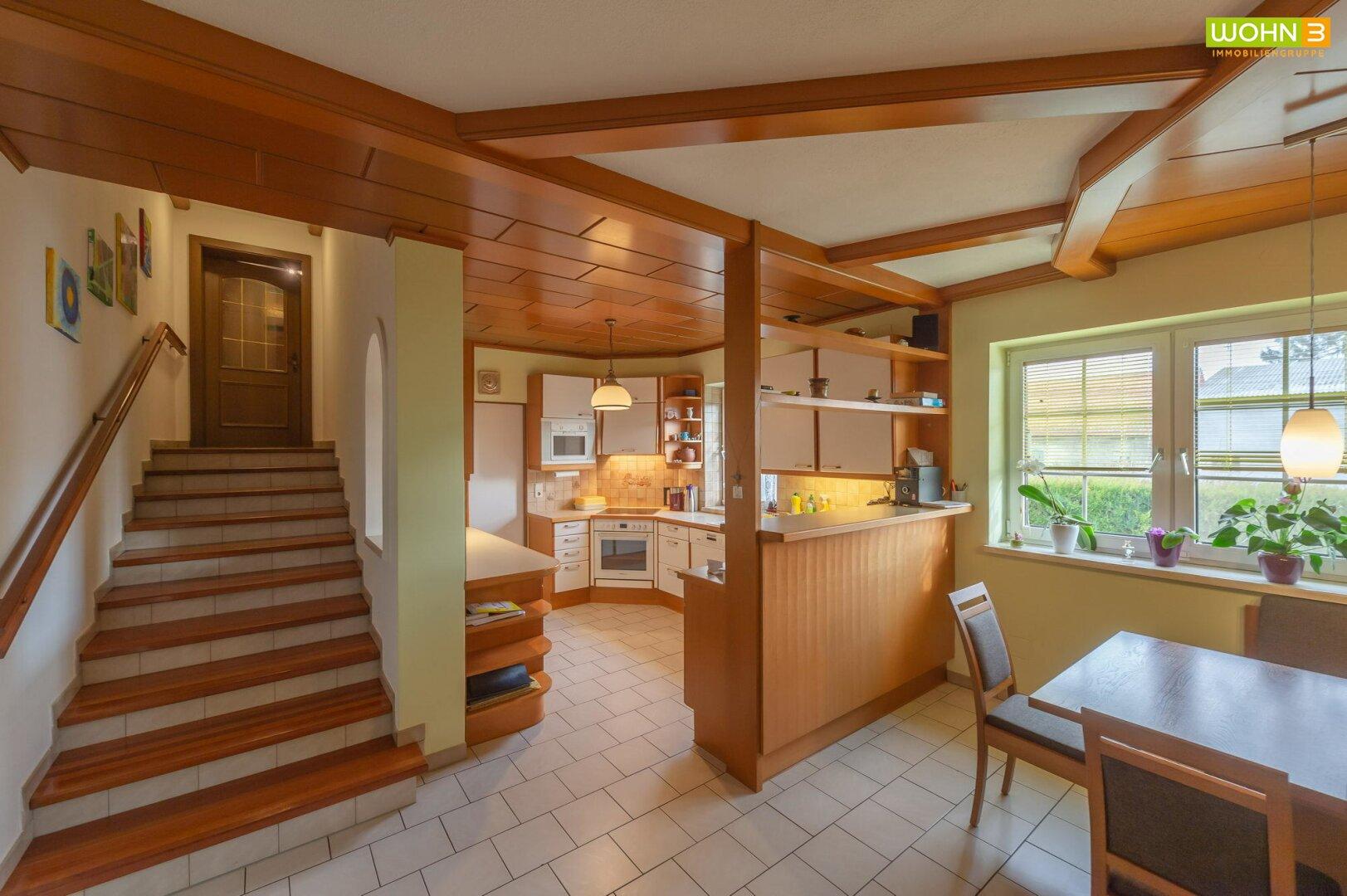 Küche mit Aufgang zur Mansarde