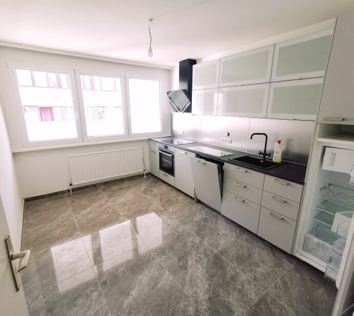 TOP ANGEBOT: ERSTBEZUG NACH SANIERUNG: 3 Zimmer mit separater Küche und hofseitiger Loggia in Ruhelage + optionaler Garagenstellplatz!