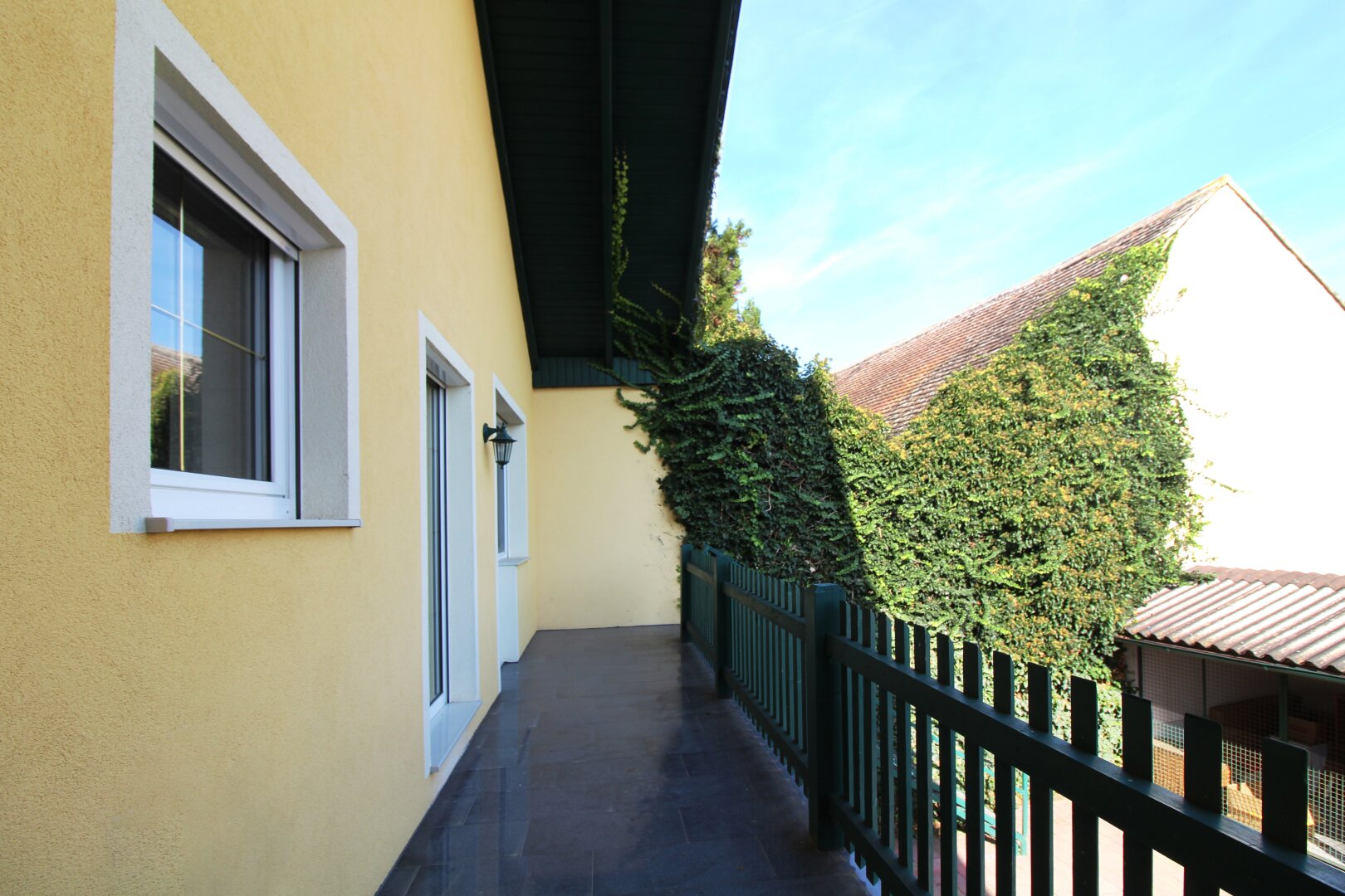 Balkon mit Stiegenabgang in den Hof