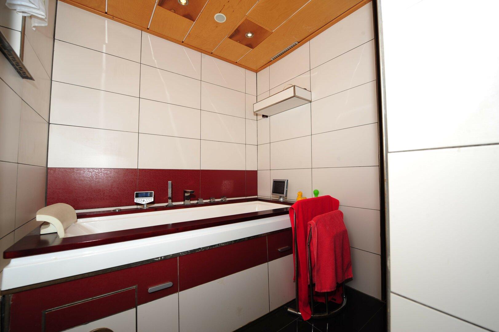 Badezimmer mit angrenzender Sauna in Mehrfamilienhaus