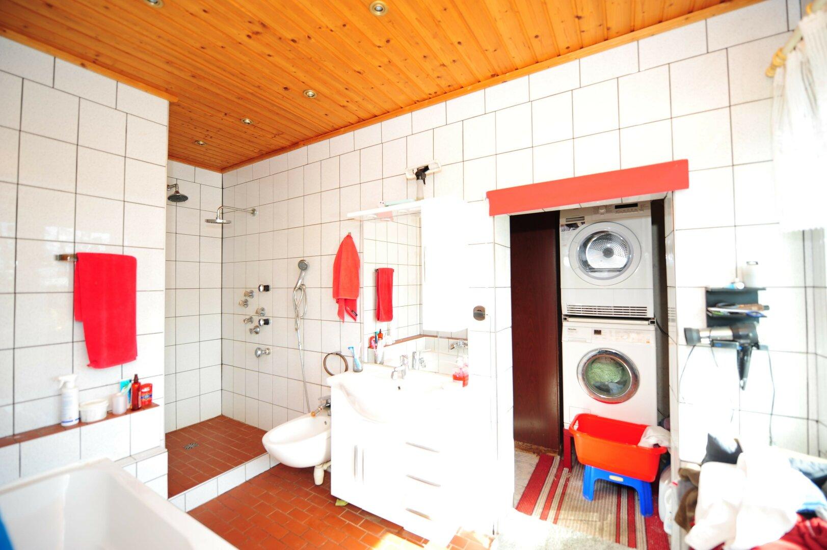 Badezimmer mit Waschküche