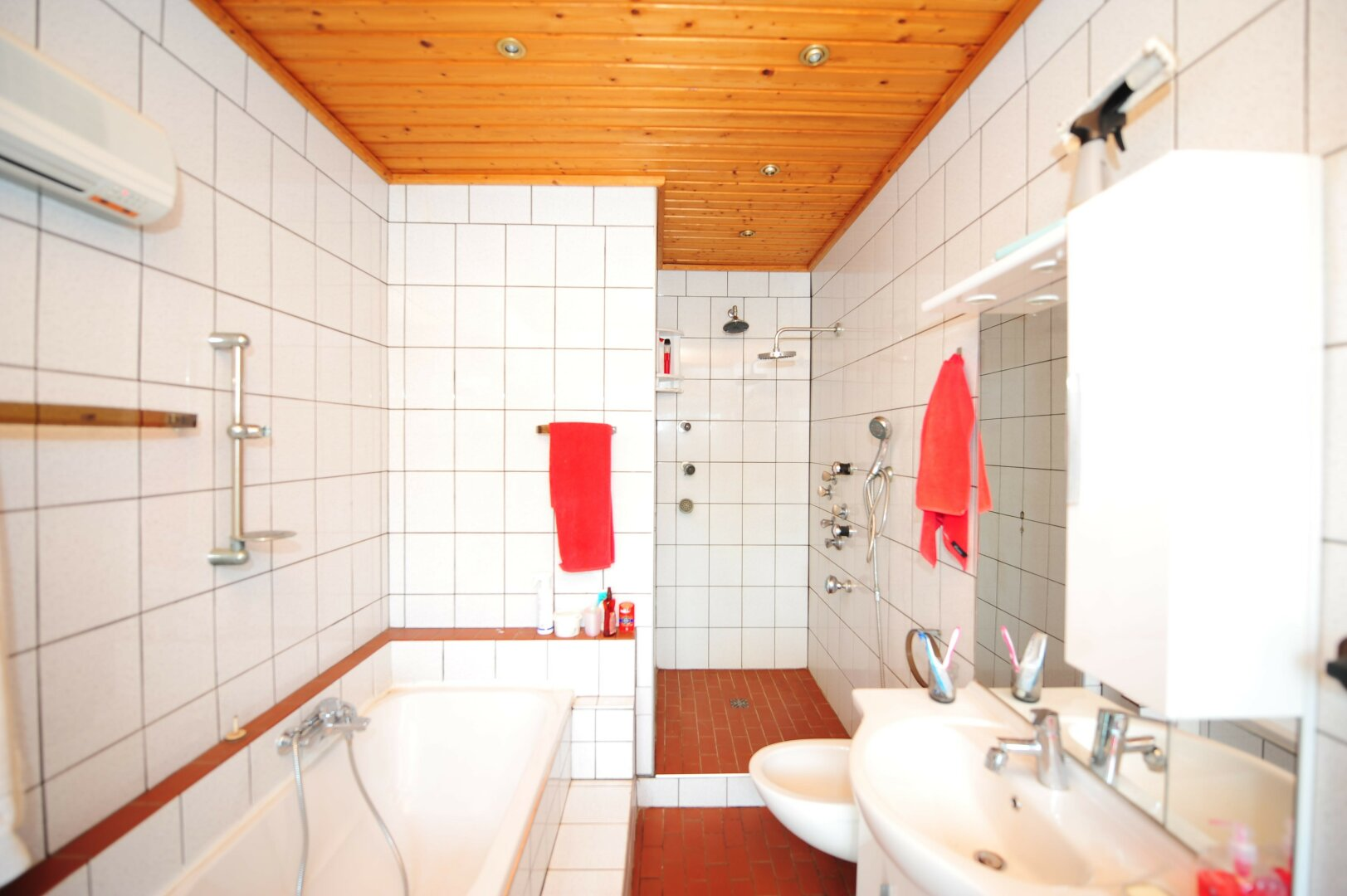 Badezimmer im Erdgeschoß des Zweifamilienhauses