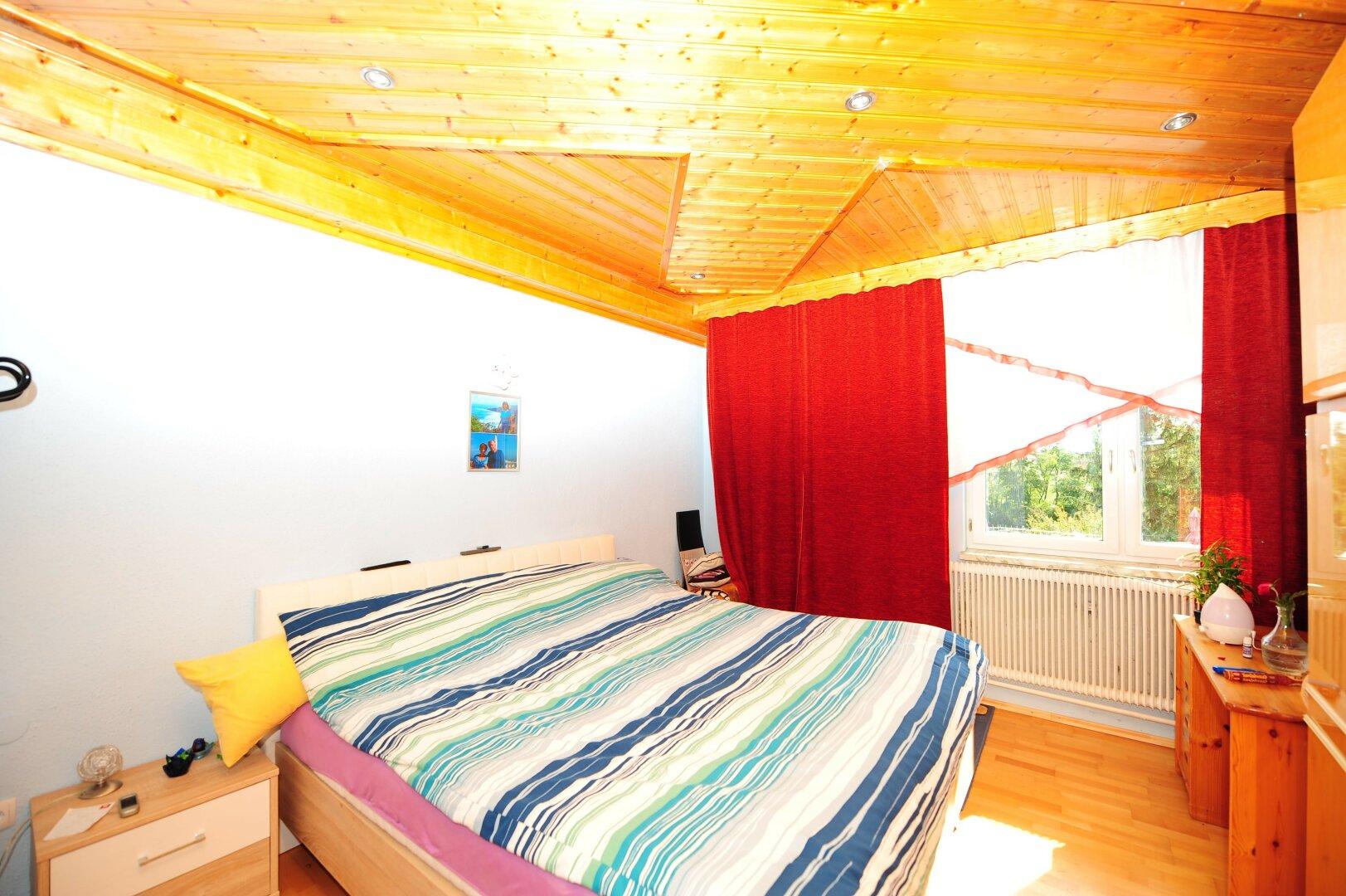 mehrere Schlafzimmer und Master Bedroom in geräumigem Landhaus