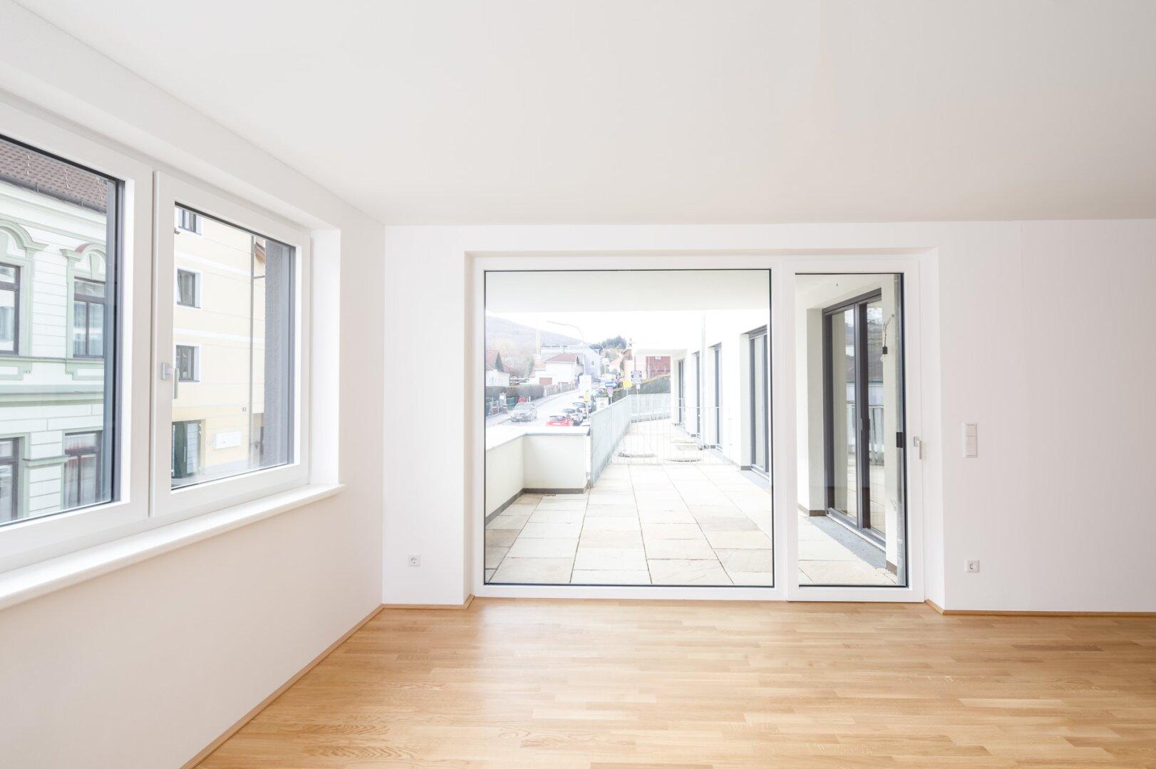 Blick vom Wohnraum auf Terrasse