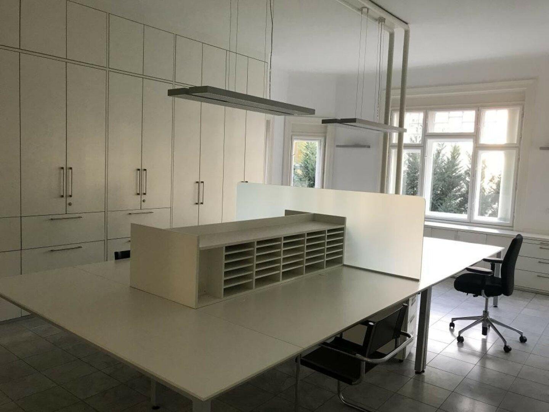 Praktisches Großraumbüro mit Einrichtung