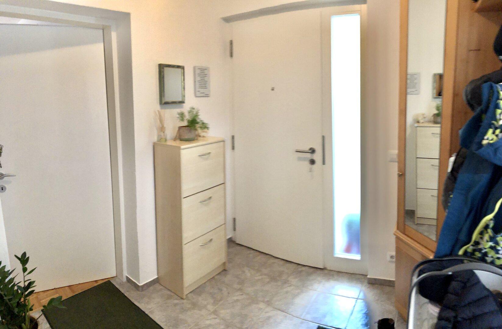 Garderobe und neue Haustür