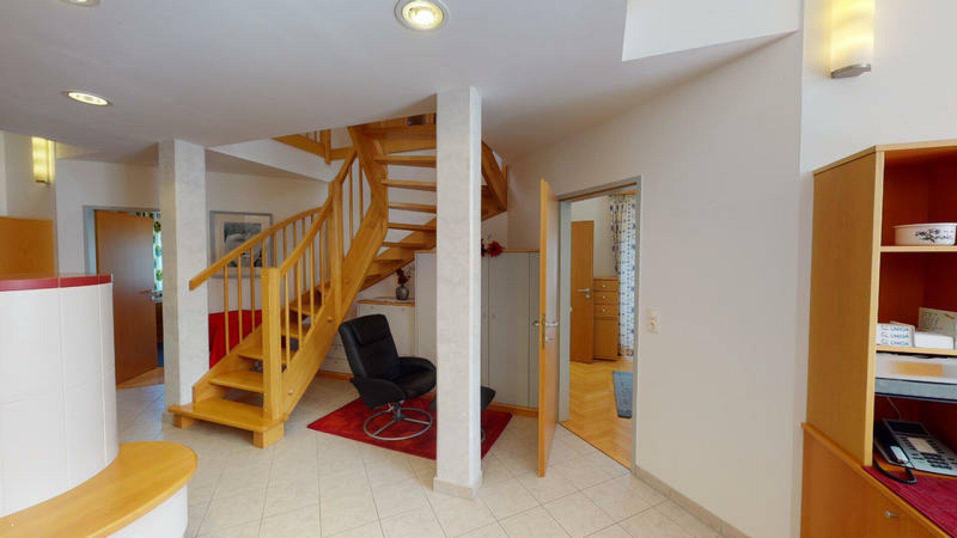 Wohnzimmer offene Treppe zum Galeriezimmer