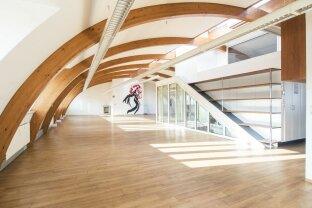 KÜHLER KOPF IM DACHGESCHOSS: Außergewöhnliche Bürofläche mit Klima